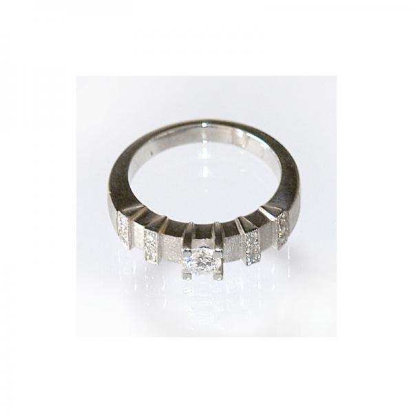 Pierścionek z białego złota lub platyny z brylantem centralnym i ośmioma mniejszymi brylantami