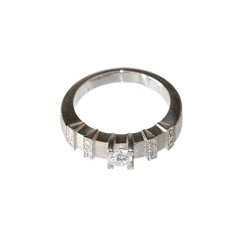 Pierscionek-z-bialego-zlota-lub-platyny-z-brylantem-centralnym-i-osmioma-mniejszymi-brylantami